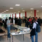 Tagungsbetrieb an den Büchertischen im Foyer