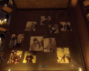 Dieser ist mit unzähligen Fotos von unterschiedlichen Personen bedeckt.